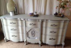 Billede fra http://www.blesswin.com/wp-content/uploads/2014/09/bedroom-french-provincial-bedroom-furniture-for-salevintage-hip-decor-vintage-9-drawer-french-provincial-dresser-unique-vanity-desk-for-vintage-bedroom-nuance.jpg.
