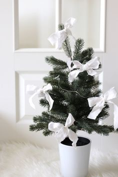 Homevialaura | Baby's first Christmas | Little Christmas tree with white linen bows