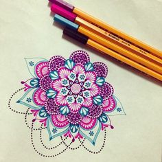 eine mandalaähnliche Zeichnung mit intensiven violetten und blauen Farben, viele kleine Punkte, gelbliches Papier