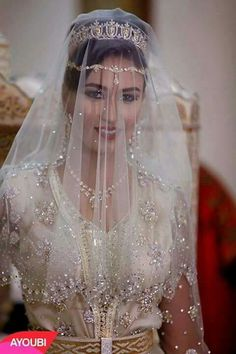 Gorgeous Moroccan bride with moroccan taditional caftan and jewellery #moroccancaftan #moroccanjewellery