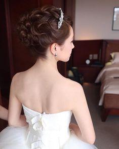 hiroさんはInstagramを利用しています:「・・・ ・ 昨日はグランドハイアット東京でブライダルでした😊 挙式、披露宴、お色直しと3スタイル担当させて頂きました✨ 挙式は毛流れを綺麗に出した大人中間アップ🎉…」 Tiara Hairstyles, Formal Hairstyles, Wedding Hairstyles, Hair Inspo, Bridal Hair, One Shoulder Wedding Dress, Hair Makeup, Bride, Celebrities