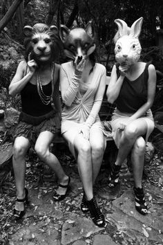 girls + animal heads (Photography: Geraldo Acuna)- reminds me of the chimaera from Daughters of smoke and bone Animal Masks, Animal Heads, Daughter Of Smoke And Bone, Looks Halloween, Arte Horror, Foto Art, Jolie Photo, Dark Art, White Photography