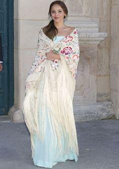 Chenoa. El protagonista en este outfit  es el manton de manila Wedding Guest Style, Chic Wedding, Wedding Styles, Estilo Resort, Wedding Shawl, Wedding Wraps, Looks Chic, Love Fashion, Fashion Design