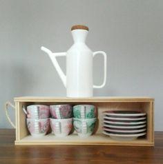 Il blog di El: Sistemare le tazzine del caffé #riciclare scatole legno bottiglie del vino Cassette, Organization, Organizing, Bowl Set, Diy Home Decor, Mugs, Tableware, Blog, Design