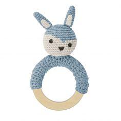 Håndheklet blå kaninrangle fraSebra. Treringen gjør det enkelt for barnet å holde i. Sebra baby ranglen får du kjøpt på nett i barnebutikken carmell.no