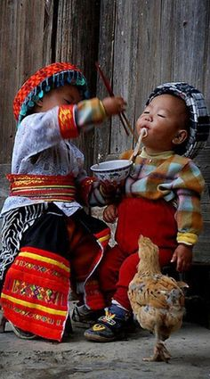 A helping hand in Cuandixia China • photo: jackfre2 on Flickr