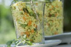 250 g Instant-Couscous     0,5 Salatgurke     4 Frühlingszwiebeln     2 Möhren     1 Zitrone     Salz     Pfeffer     2 TL Curry     1 walnussgroßes Stück Ingwer     100 ml Kokosmilch     1 Stängel frischer Koriander