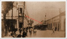 "Lerdo City: 1884? Catarino Navarro street (today Madero), The large building of the ""Hotel Madrid"" on the left and the main square, on the right, the building of the ""City of Paris."" At the center of the photo , The tram heading for ""Victoria Park"". (Ciudad Lerdo: ¿1884? Calle Catarino Navarro (Hoy Madero), El gran edificio del ""Hotel Madrid"" a la izquierda y la plaza principal; a la derecha, el edificio de la ""Ciudad de París"". Al centro de la foto, el Tranvía rumbo al ""Parque Victoria"")."