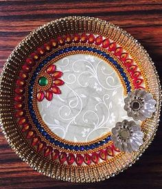 Get DIY aarti thali ideas for Diwali. Decorate pooja thali and aarti thali at home and use them during festivals or engagement and marriage ceremonies. Arti Thali Decoration, Kalash Decoration, Ganapati Decoration, Acrylic Rangoli, Wedding Gift Baskets, Cd Crafts, Paper Crafts, Diwali Craft, Festival Decorations