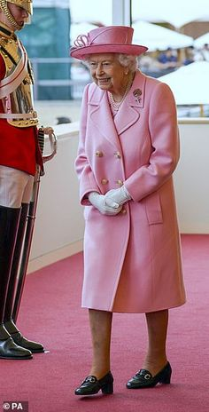 Green Cardigan, Green Shirt, Queen Watch, Royal Monarchy, Lady Louise Windsor, Navy Hats, Queen Pictures, Pose For The Camera, Royal Life