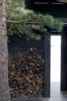 Saunamökin takana säilytetään saunapuut. Välitilan aukon pystyy sulkemaan liukuovella. Taste Of Nature, Modern Cottage, Firewood, Tiny House, Island, House Trees, Interior Design, Beach, Cottage Ideas