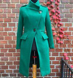 Atelier BOBAR JAN 3, 2018 Paltonul facut pentru Andreea @andreeavl toamna trecuta ne-a ramas in gand si suflet: culoarea aceasta specifica de verde si modelul cambrat, petrecut, cu detalii de inspiratie militara il fac sa fie cu adevarat o piesa deosebita <3 #emeraldcoat #greencoat #woolcoat #fallwinter #customtailored #coat #modernstyle #coatdetails #productionprocess #loveforcraft #loveforfashion #lovefordetails #dreamcoat #greendreamcoat #atelierbobar (at Atelier Bobar & Josephine)