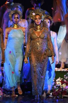 Grammy 2017 Red Carpet: Beyoncé Unveils a Golden Goddess Gown and Headpiece from the New Namesake Brand by Peter Dundas, the Former Creative Director for Roberto Cavalli