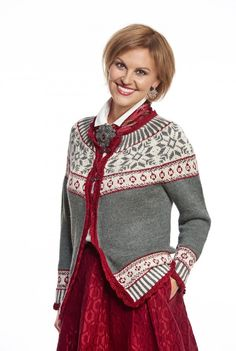 Den vakre Denisekoften er like pen til hverdags som til fest. Knit Jacket, Knit Cardigan, Knitting Stitches, Hand Knitting, Knitting Sweaters, Norwegian Knitting, Nordic Sweater, Fair Isle Knitting, Knitting Patterns