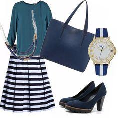 Gonna larga stile anni '60 con righe blu e bianche, magliettina in abbino borsa tracolla comoda e stilosa, décolleté sportivo, ma allo stesso modo davvero chic orologio che richiama lo stile della gonna e collana in abbino