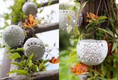 Lyktorna är gjorda av lera som bränns i keramikugn och kan hänga ute. Liknande varianter går att göra i självhärdande hobbylera, men de blir skörare och passar bäst att ha inomhus.