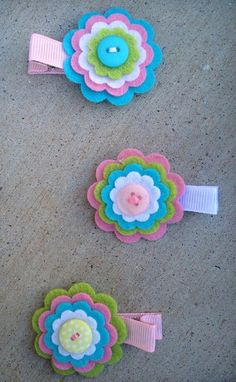 Making these felt flowers is the easiest and with them you can create her . Felt Hair Clips, Baby Hair Clips, Flower Hair Clips, Flower Headbands, Felt Flowers, Flowers In Hair, Fabric Flowers, Making Hair Bows, Diy Hair Bows