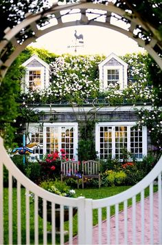 I want a fence like this all the way around my front with this gate! So pretty!
