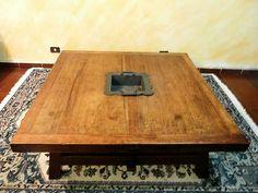 Mesa de Centro, em madeira maciça e rústica com nicho no centro. Excelente estado. Tamanho: 1,30 m X 1,30 m X 0,44 m. Preço: R$ 3.000 à vista.  FaleCom@antoniobaiano.com.br