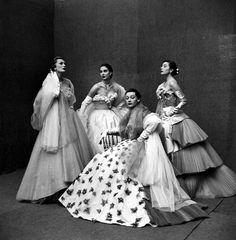 """Jacques Fath P/E Photo Gordon Parks. Mannequins Sophie Malgat (""""Geneviève""""), Jackie Stoloff (""""Sunbeam""""), Jeanne Klein et Bettina (""""Fabuleuse""""). Vintage Fashion 1950s, Fifties Fashion, Vintage Couture, Fifties Style, Retro Style, Gordon Parks, Jacques Fath, Vintage Dresses, Vintage Outfits"""