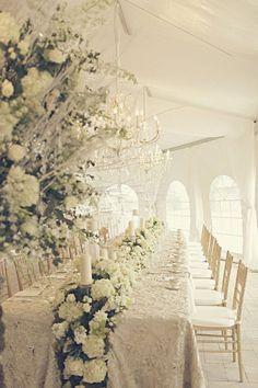 Impresiona a todos con estos centros de mesa! Carpa con mesas y centros de mesa con flores naturales en cascada