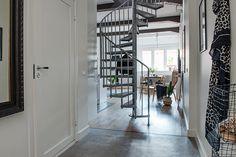 På golvet i hall och kök ligger ett betonggolv