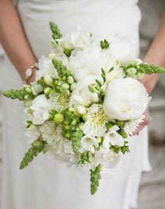 belie-pioni-zelenie-listya-v-svadebnom-bukete.jpg (440×558)