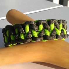 Aligator fang paracord bracelet this is a braclete close to the dragons claw braclete I'm going to make