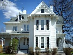 Love the traditional look of Victorian style homes? HGTV has beautiful pictures of Victorian style homes with inspirational room designs and makeover ideas. House Architecture Styles, Victorian Architecture, Fashion Architecture, Architecture Details, Style At Home, Foyers, Cincinnati, Victorian Style Homes, Victorian Farmhouse