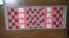 Trilho de mesa; trilho patchwork; tecido círculo cozinheiro. Feito por Camélia Ateliê, visite:https://www.facebook.com/cameliaatelie/?ref=bookmarks