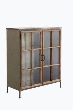 """Skåp i industridesign av klarlackad patinerad plåt med 2 vitrindörrar i glas och trä. Dörrarna har metallhandtag och magnetlås. I skåpet finns 3 fasta hyllplan. <br><br>Höjd 114 cm, bredd 100 cm, djup 41 cm. Mått mellan hyllplanen 31 cm. Monterat. Fraktvikt 153 kg.<br><br>Läs om Fraktvikt under fliken """"Leverans"""". <br><br>"""