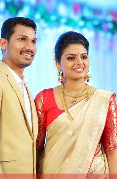 Kerala Bride in Off-white Benaras sari and blood red chinese brocade sleeve blouse Beautiful Bride, Beautiful People, Kerala Saree Blouse Designs, Set Saree, Kasavu Saree, Kerala Bride, Pre Wedding Photoshoot, Bridal Beauty, Indian Sarees