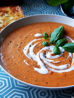 Meidän keittiössä on pauhannut lähiaikoina erityisen paljon niin blenderi kuin sauvasekoitinkin. Pari kertaa viikossa surauttelen ison satsin hummusta leivän päälle ja aamut olen aloittanut erilaisilla smoothieilla. Ruoaksi olen tehnyt kasvissosekeittoja, joista lempparini onpaahde… Thai Red Curry, Smoothie, Food Porn, Food And Drink, Healthy, Ethnic Recipes, Koti, Waiting, Inspiration