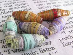 Watercolor newspaper beads with different color combinations. How to brighten up newspaper beads with watercolor Paper Beads Tutorial, Make Paper Beads, Paper Bead Jewelry, Fabric Jewelry, How To Make Beads, Diy Paper, Paper Art, Paper Crafts, Beading Tutorials