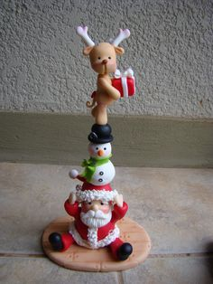A novel idea for Christmas cake topper. The original was made in cold porcelain but can just as easily be made in fondant. Christmas Cake Topper, Christmas Cake Decorations, Christmas Crafts, Christmas Ornaments, Polymer Clay Ornaments, Fimo Clay, Polymer Clay Crafts, Clay Beads, Fondant Animals