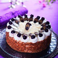 pandi-meggytorta-az-orszag-tortaja Hungarian Recipes, Hungarian Food, Panda, Bakery, Cheesecake, Meet, Hungarian Cuisine, Bakery Shops, Cheesecakes