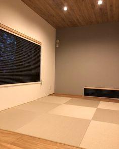 モノトーン+ウッドのシンプルな空間づくりが素敵な平屋5 Japanese Home Decor, Japanese Interior, Japanese House, Washitsu, Tatami Room, Natural Interior, Wood Wallpaper, Wood Ceilings, Windows And Doors
