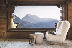 Un chalet chaleureux et verdoyant en Haute-Savoie : fauteuil douillet effet fourrure et vue sur les montagnes
