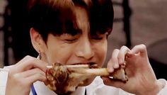 "Read from the story Jungkook ➳ reactions by JeonStluy (『ᴍᴀɢɪᴄ sʜᴏᴘ』) with reads. ㅡ""Jungkook No comasMu . Maknae Of Bts, Bts Jungkook, Jung Kook, Jungkook Eating, Eating Gif, Eat And Run, Boy Images, Wattpad, V Taehyung"
