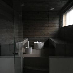 """""""Tänään ajattelin sinne uskaltautua. Omaan saunaan. Ei enää hellettä kiitos #sauna #koti #bastu #koti #skandinaviskehjem #modernhome #laattapiste…"""" @tittanelli"""
