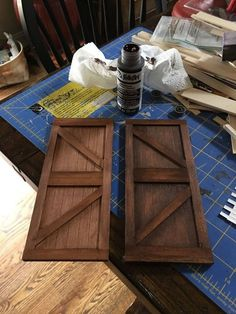 I wanted to make Miniature Barn Doors for my Nashville Duplex Dollhouse. I searched all over the net and much to my surprise I couldn't find one single image of… Diy Barn Door, Diy Door, Diy Teepee Tent, Porte Diy, Light Up Canvas, Pallet Barn, Bifold Barn Doors, Old Baskets, Globe Decor
