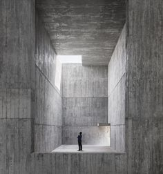 álvaro siza has worked with carlos castanheira to design a complex of three buildings at saya park in south korea's north gyeongsang province. Concrete Architecture, Concrete Building, Space Architecture, Contemporary Architecture, Concrete Walls, Concrete Art, Régionalisme Critique, Luigi Snozzi, Pavillion Design