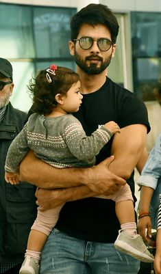 Shahid Kapoor, wife Mira Rajput, daughter Misha Kapoor, father Pankaj Kapur and other Bollywood stars were spotted at Mumbai airport Indian Bollywood, Bollywood Stars, Bollywood Fashion, Indian Celebrities, Bollywood Celebrities, Bollywood Actress, Cute Actors, Handsome Actors, Moustache