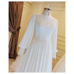 wp automatic No photo description. Dresses Elegant, Most Beautiful Dresses, Simple Dresses, Muslimah Wedding Dress, Muslim Wedding Dresses, Dress Wedding, Vintage Dress Patterns, Vintage Dresses, Look Patches