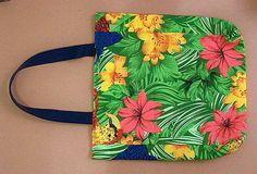 Bolsa de algodão floral cores verde, amarelo, vermelho e azul; forro de algodão cru; alça de algodão azul; fecho de imã R$ 32,00