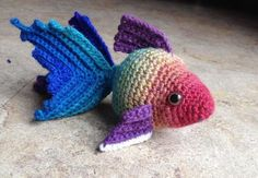 I'm not usually into amigurumi but I like this one. Fancy Goldfish Amigurumi By Kate Wood - Free Crochet Pattern - (ravelry) Crochet Mignon, Crochet Fish, Mode Crochet, Knit Or Crochet, Crochet Animals, Crochet Crafts, Yarn Crafts, Crochet Projects, Crochet Hippo
