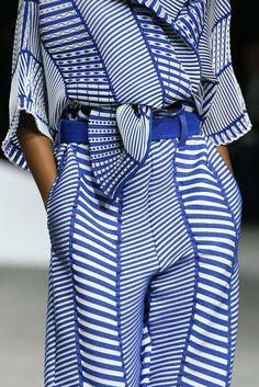 Issey Miyake, Printemps/été Paris, blue and white stripe 80s Fashion, Fashion Week, Fashion 2020, Look Fashion, Fashion Prints, High Fashion, Autumn Fashion, Fashion Design, Issey Miyake