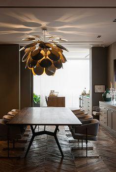 apartamento morumbi, em são paulo | projeto: marina linhares | sala de jantar com pendente de christophe mathieu (onlight); poltronas de jorge zalszupin e mesa de etel carmona (ambos na etel)