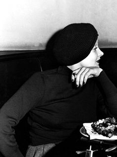 1933 January - Marlene Dietrich at the Brown Derby Marlene Dietrich, Vintage Hollywood, Classic Hollywood, Hollywood Night, Brown Derby, Hollywood Heroines, Female Stars, Girl Smoking, Great Women
