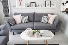 Wohnzimmer Dekor graues Sofa Wohnzimmer Dekor graues Sofa The post Wohnzimmer Dekor graues Sofa & Room Inspo appeared first on Living room decor . Living Room Decor Grey Sofa, New Living Room, Living Room Interior, Charcoal Sofa Living Room, Grey Sofa Decor, Blush And Grey Living Room, Living Room Ideas Grey And White, Grey Loving Room Ideas, Copper And Grey Living Room